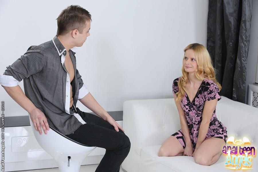 Девятнадцатилетняя сучка на светлом диванчике трахается с роскошным юнцом смотреть эротику