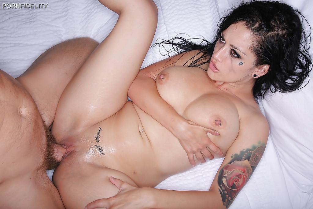 Тип порет в постели татуированную шатенку с потекшим макияжем