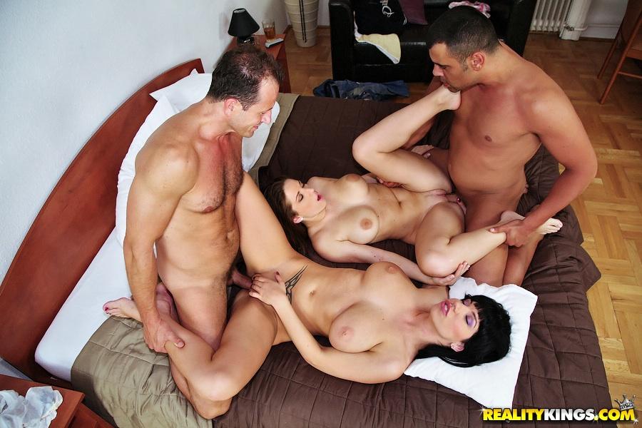 2е обнаженные милфы с огромными титьками занимаются сексом с парой парней секс фото