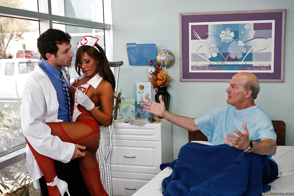 Доктор в палате имеет страстную врачиху с крупными буферами секс фото