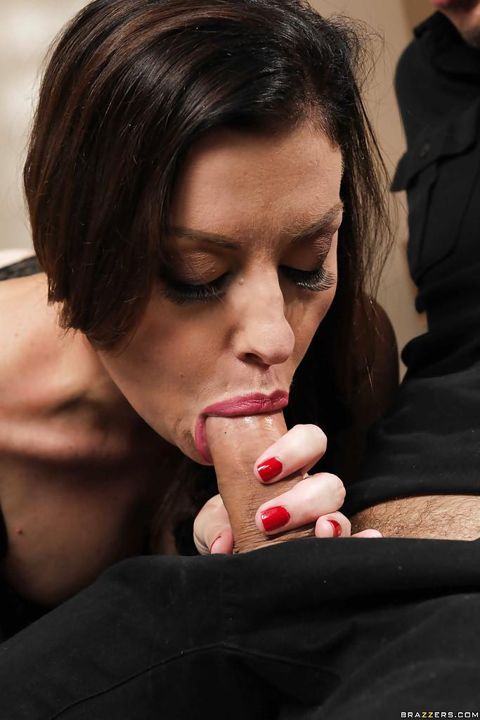 Тридцатидвухлетняя девка в черном белье сосет член чувака сидящего на кроватке