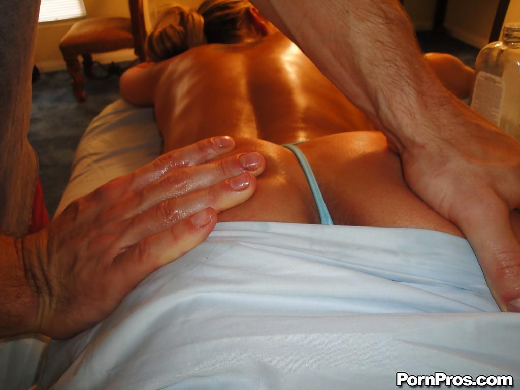 Сучка с искусственными дойками делает минет массажисту лежа на кушетке