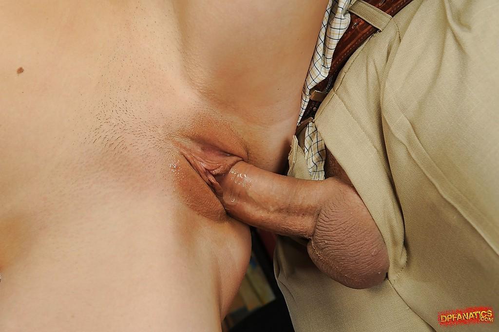 Няшка в чулках позволяет африканцу и его другу долбить ее сразу в две дырки
