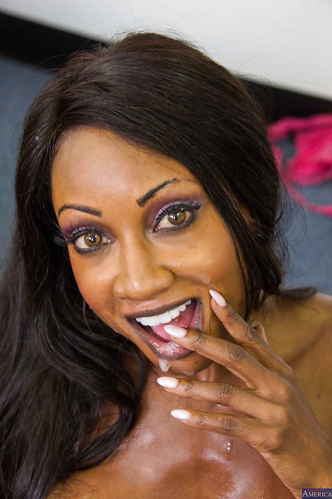 Негритянка с длинными волосами в офисе отсасывает хер белого менеджера