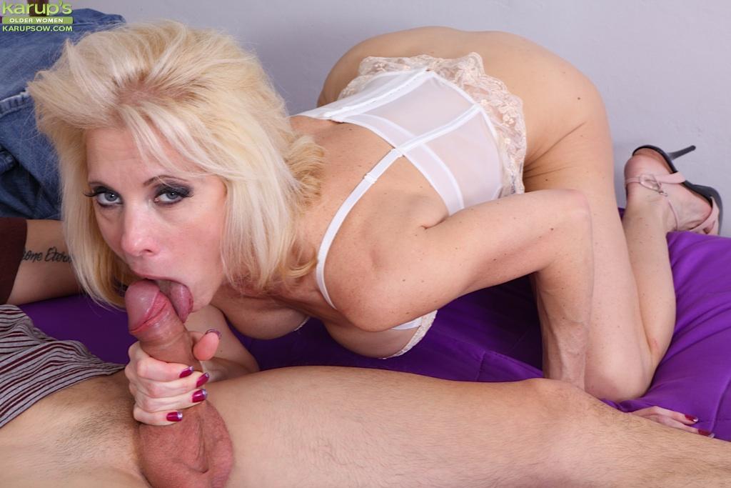 Паренек трахает в пизду опытную проститутку в белоснежном корсете на удобной койки