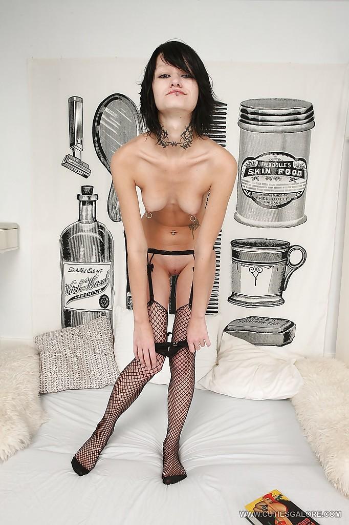 Неформалка с пирсингом мастурбирует анал с помощью черного дилдо у себя дома