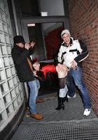 В заброшенном здании неформалка с красными волосами трахается сразу с парой парней 6 фотография