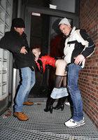 В заброшенном здании неформалка с красными волосами трахается сразу с парой парней 7 фотография