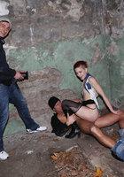 В заброшенном здании неформалка с красными волосами трахается сразу с парой парней 9 фотография