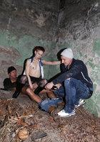 В заброшенном здании неформалка с красными волосами трахается сразу с парой парней 11 фотография