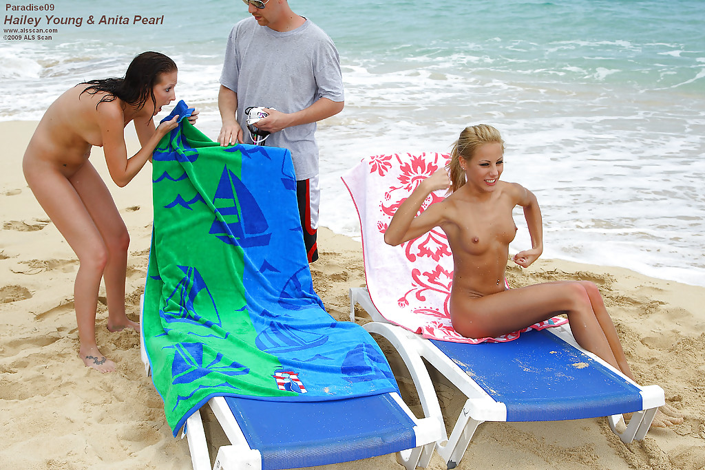 На морском берегу стройные лесбиянки трахаются при помощи страпона