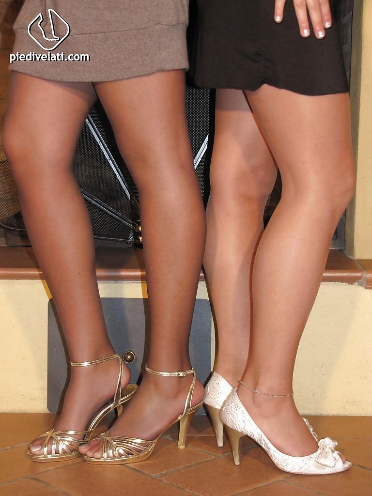Две топ-модели возле камина обнажила ножки облаченные в колготы