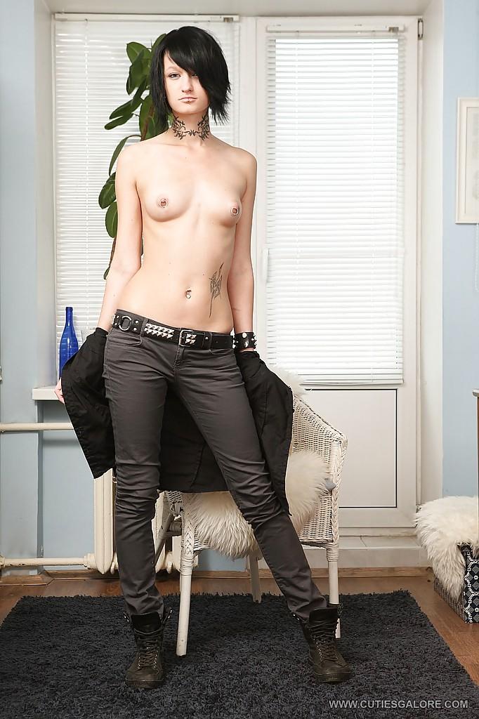 Хорошенькая неформалка с пирсингом в губе теребонькает у себя в квартире секс фото
