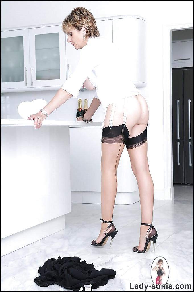 Милфа с короткой стрижкой в домашних условиях посыпает мукой большие титьки и киску