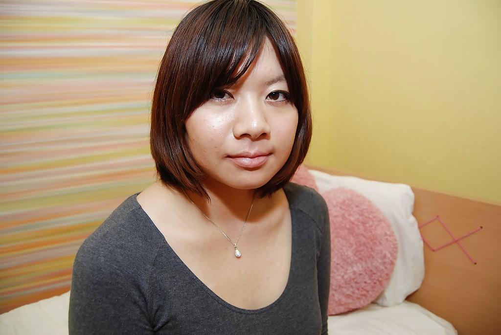 Азиатка с маленькой жопой красуется волосатой писькой стоя в душе