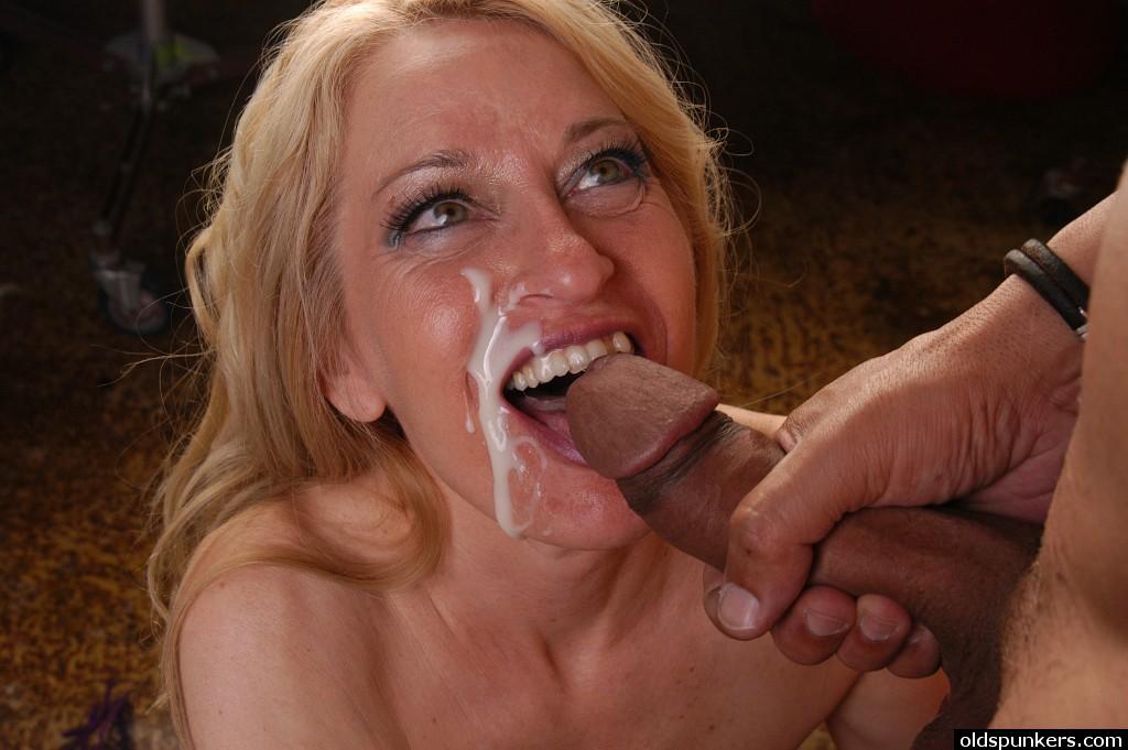 Взрослый негр кончил на лицо зрелой дамы после того как она ему подрочила