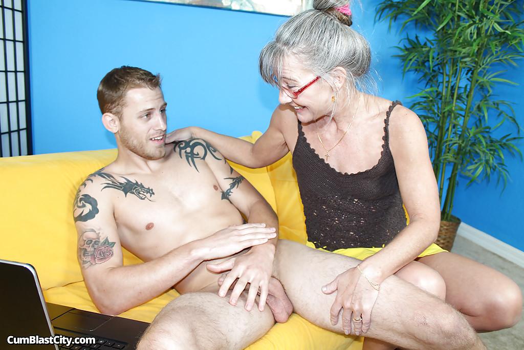 После дрочки рыжий ловелас обкончал седую бабушку в красных очках