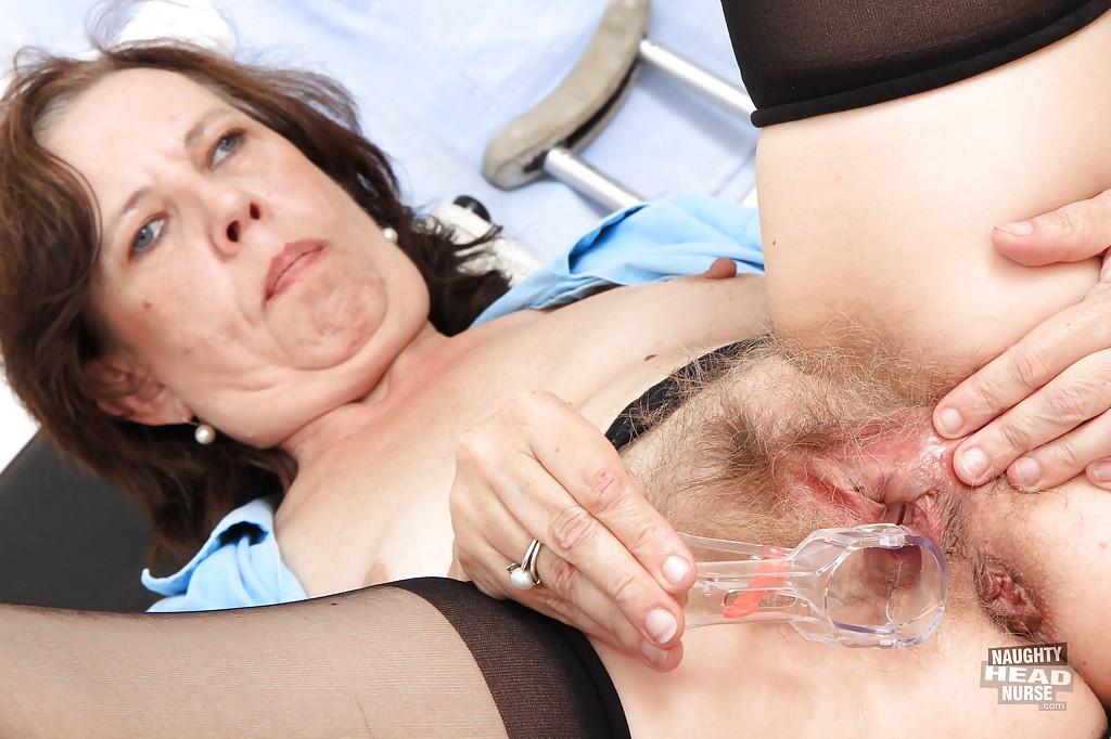 Косоглазая зрелка мастурбирует вагинальным расширителем сидя в гинекологическом кресле