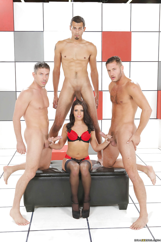 Цыпочка в сексуальном белье сосет в комнате трем мужикам