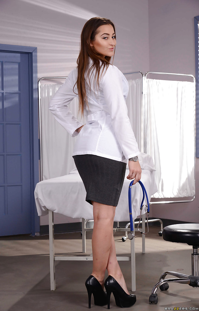 Доктор с ожерельем на шее в своем кабинете показала небритую киску
