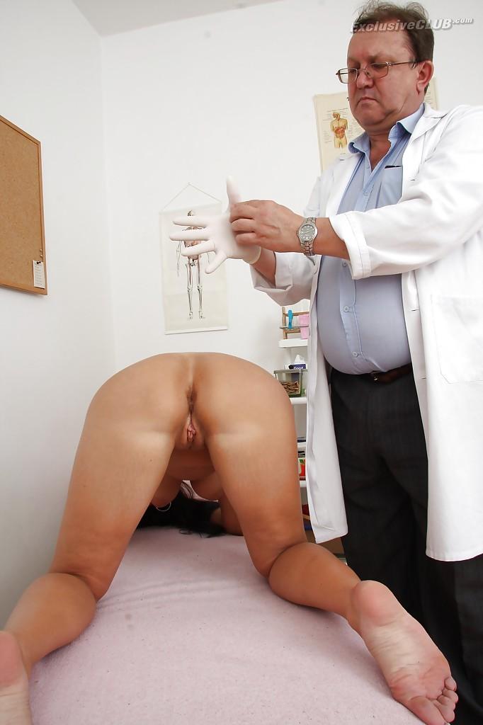 Врач осматривает вагину брюнетки стоящей раком на кушетке