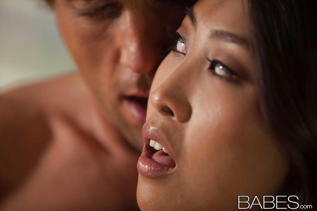В коттедже американце трахает в киску азиатку с упругими титьками