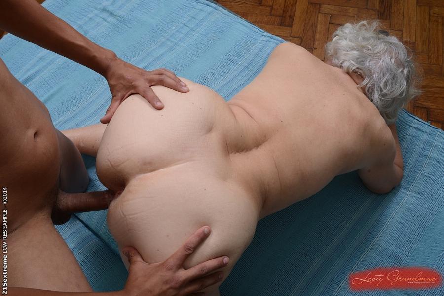 Смуглый пацан в домашних условиях жарит седую бабку в волосатую письку