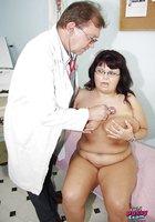 Врач спринцует влагалище зрелой телки сисястой в гинекологическом кресле 3 фотография