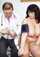 Врач спринцует влагалище зрелой телки сисястой в гинекологическом кресле 4 фотография