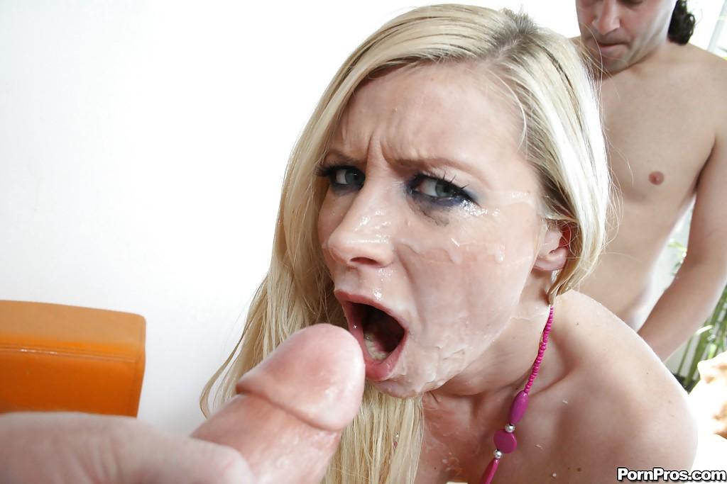 Блонда с накрашенными глазами делится с брюнеткой обилием спермы