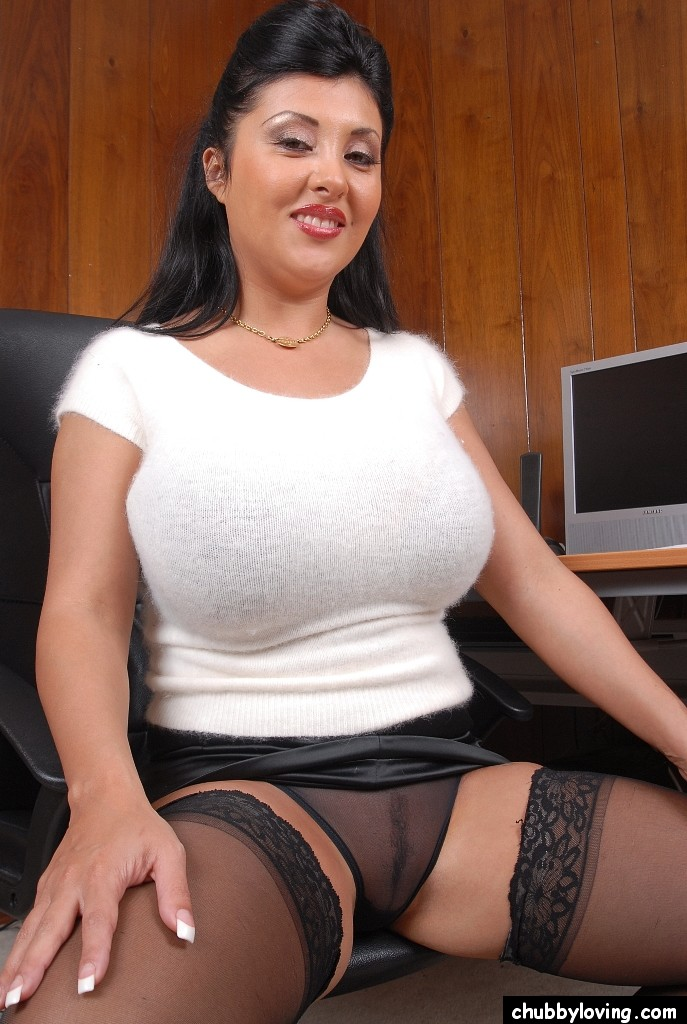 Взрослая секретарша в офисе оголила огромные дойки