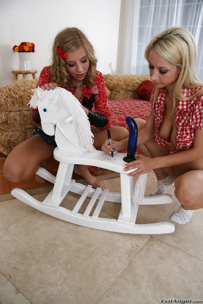 Подтянутые лесбияночки разрабатывают тугие задницы резиновыми трах игрушками