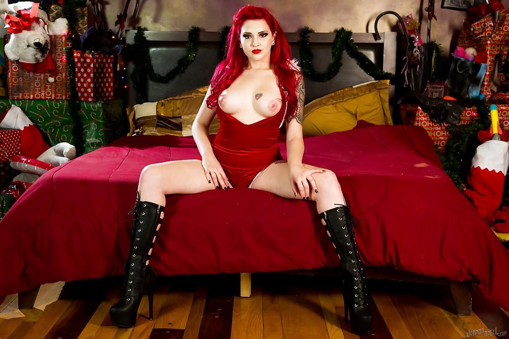 В своей спальне красноволосая фифа с татуировками стягивает с милый костюмчик