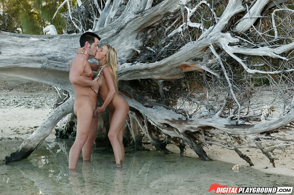 Голубоглазая деваха получила сперму на язык возле поваленного дерева секс фото