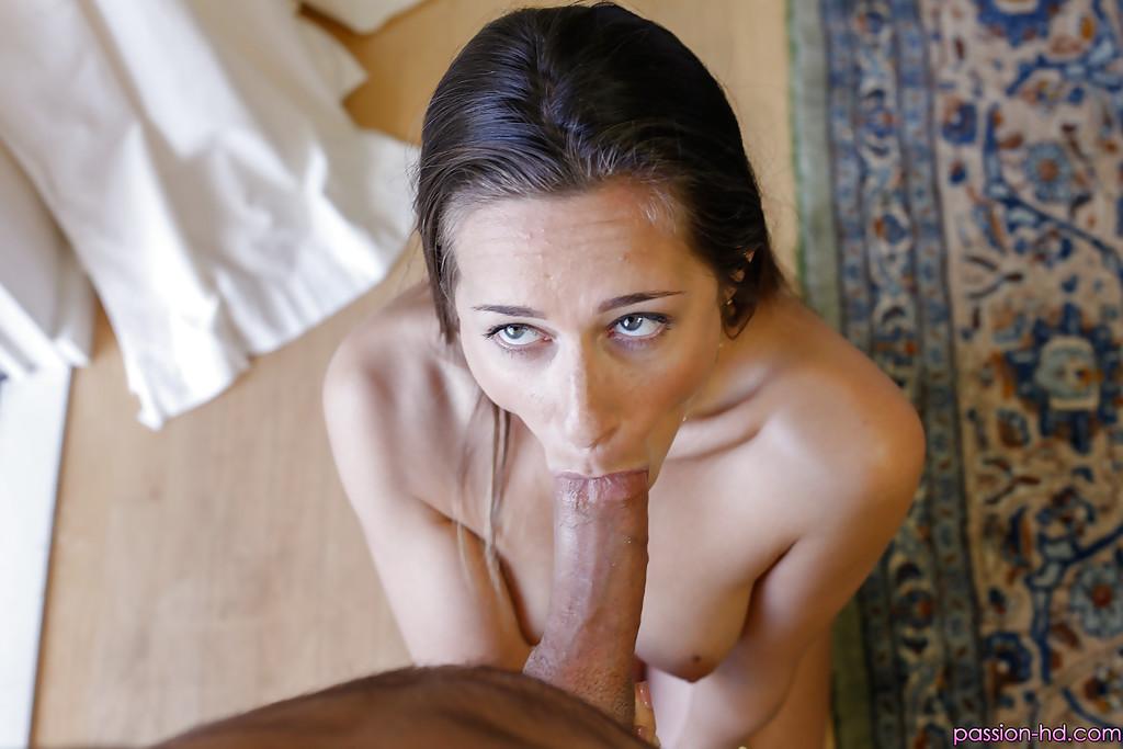 Cassidy Klein стоя на коленях отсосала фаллос и получает на лицо порцию спермы
