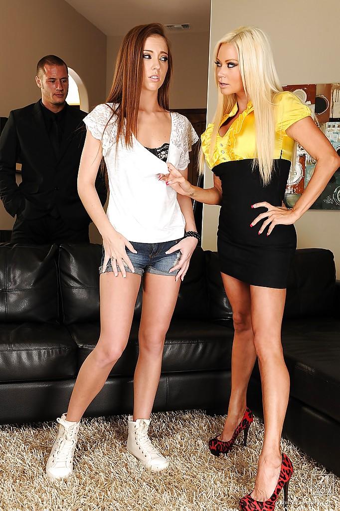 Брюнетка берет в рот побритую писю роскошной блондинки на черном тахте смотреть эротику