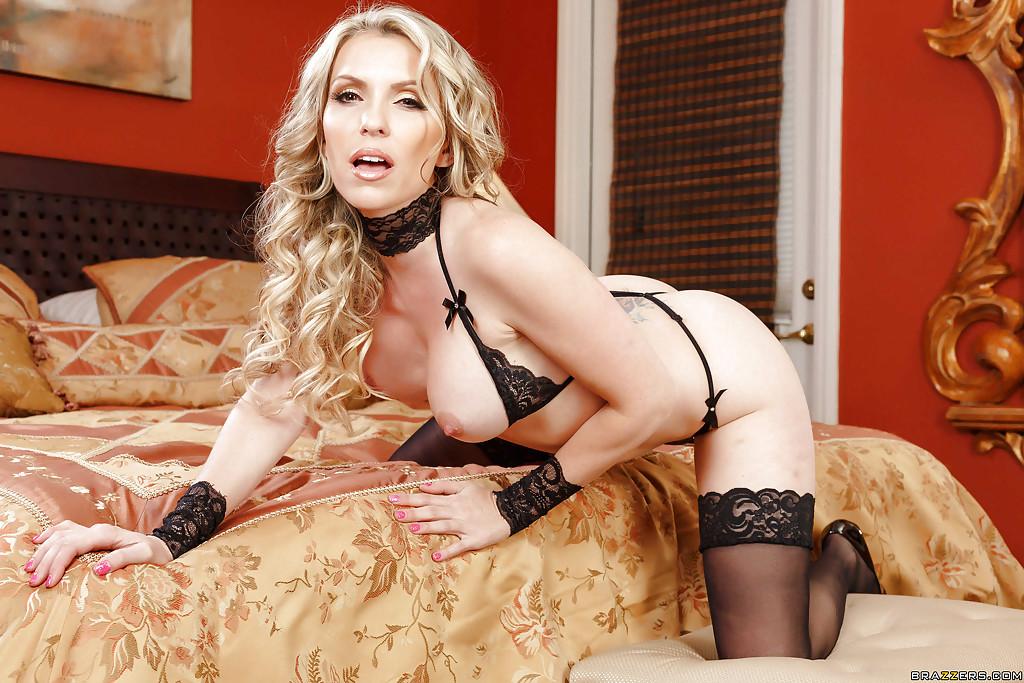 Мама с завитыми локонами эротично позирует в черном белье на кровати смотреть эротику