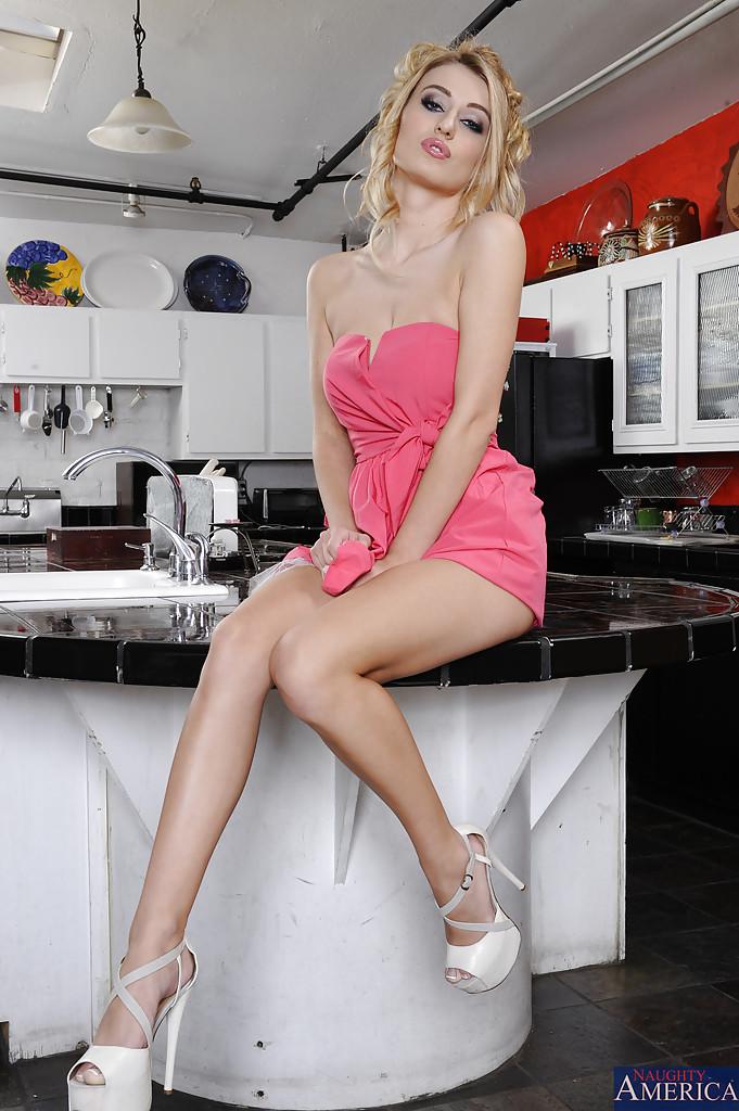Красоточка с ровными ресницами демонстрирует интимные зоны на кухне