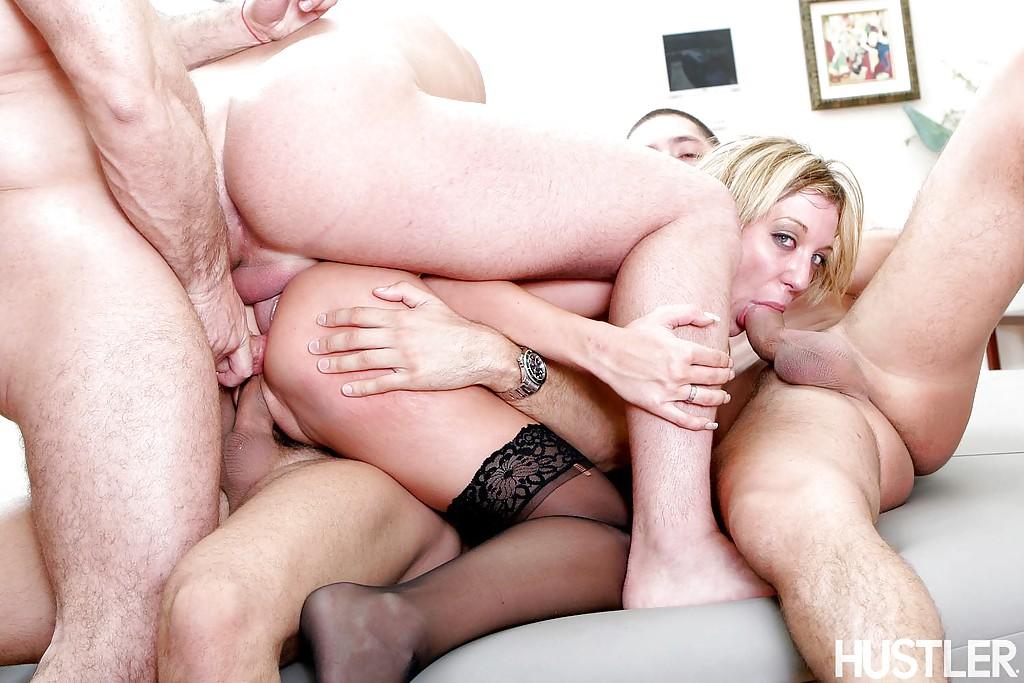 Сразу четыре мужика дрючат блондинку во все дырочки одновременно