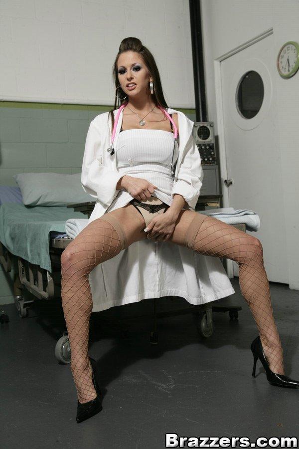 Врачиха с розовым стетоскопом на работе блистает бюстом и киской