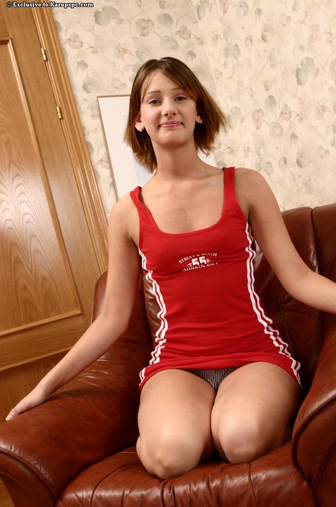 Девятнадцатилетняя проститутка блистает лохматой писюшкой сидя в кожаном кресле секс фото