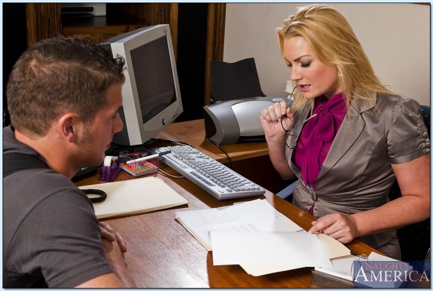 Опытная подчиненная позволила клиенту трахнуть ее в пердак прямо на работе