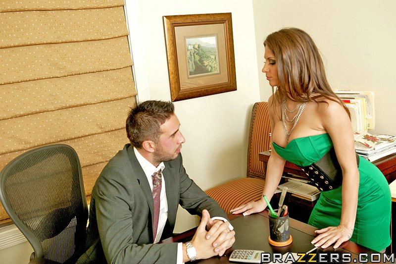 Мужик в кабинете пердолит в писю секретаршу с пирсингом в сосках