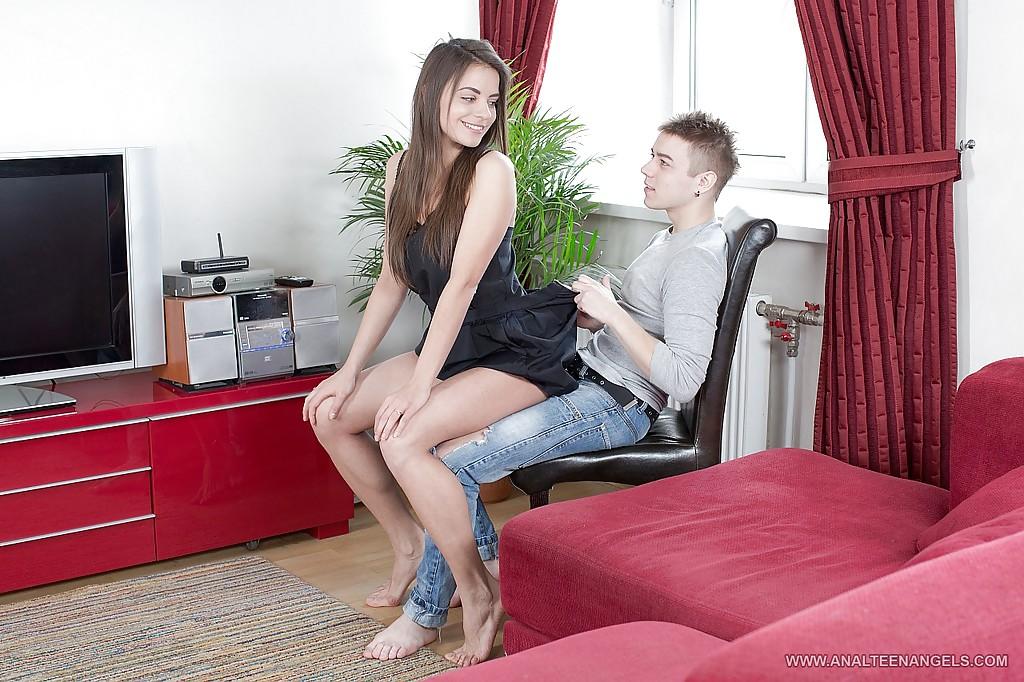 На бордовом диване молодая краля с большой грудью трахается в очко