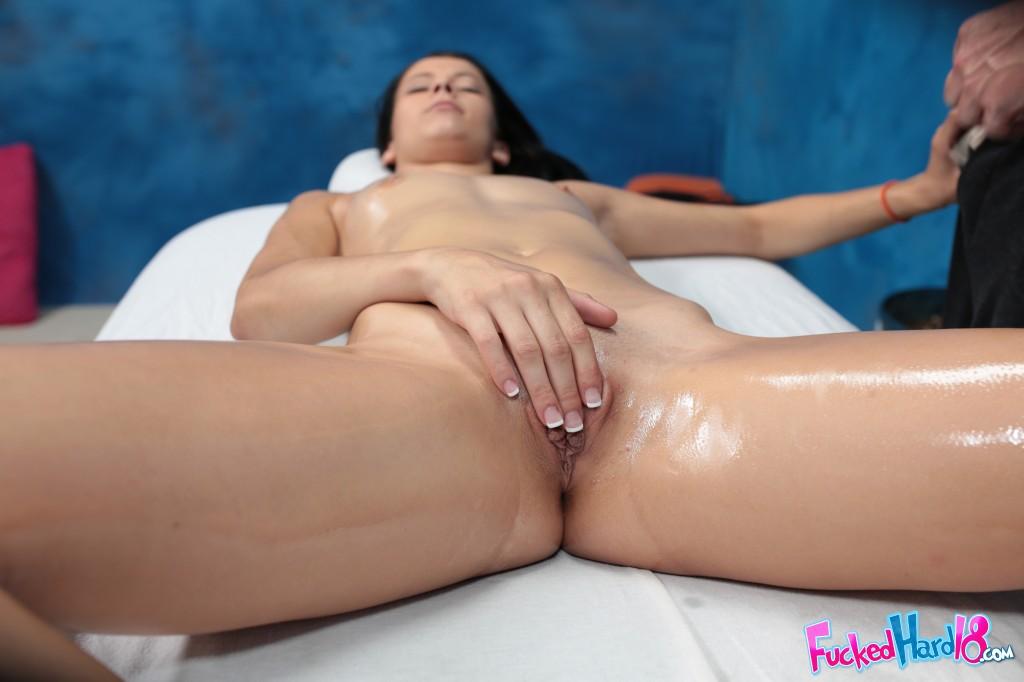Намазанная маслом шлюха на тахте занимается сексом с парнишкой секс фото