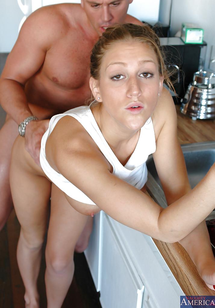 Грудастая няшка в белой майке занимается сексом с мужем на кухне секс фото