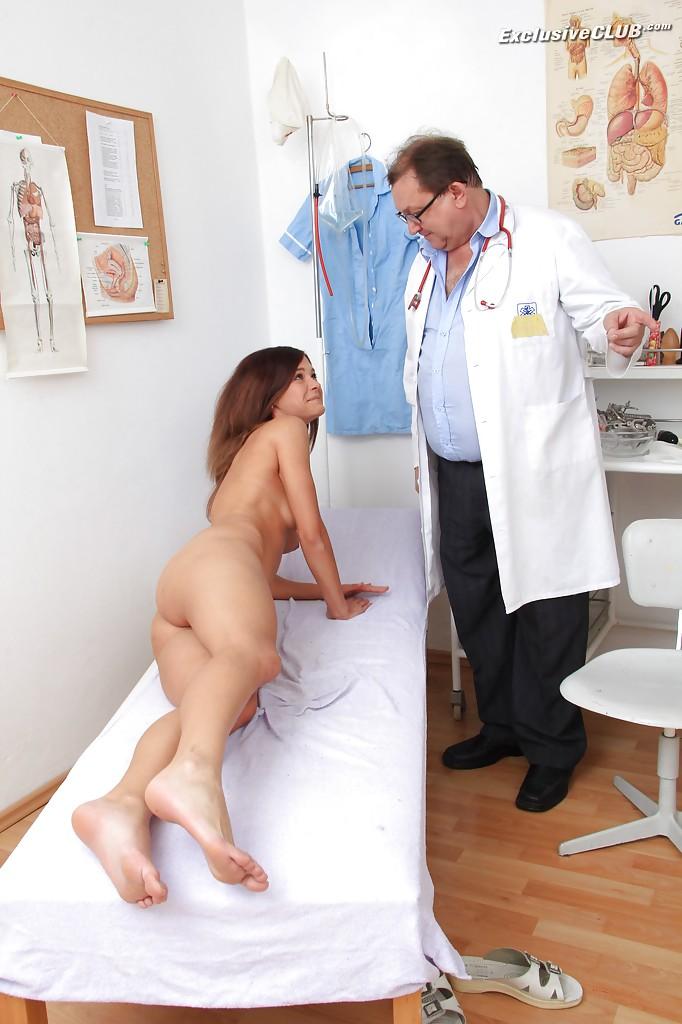 Врач засунул трубку в анус юной прелестницы пришедшей на прием секс фото