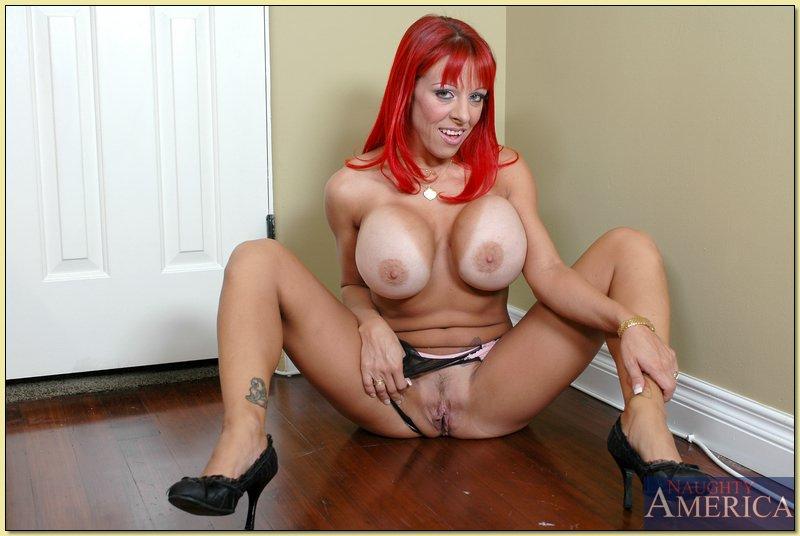Зрелая баба с красными волосами разделась в комнате чтобы засветить прелести