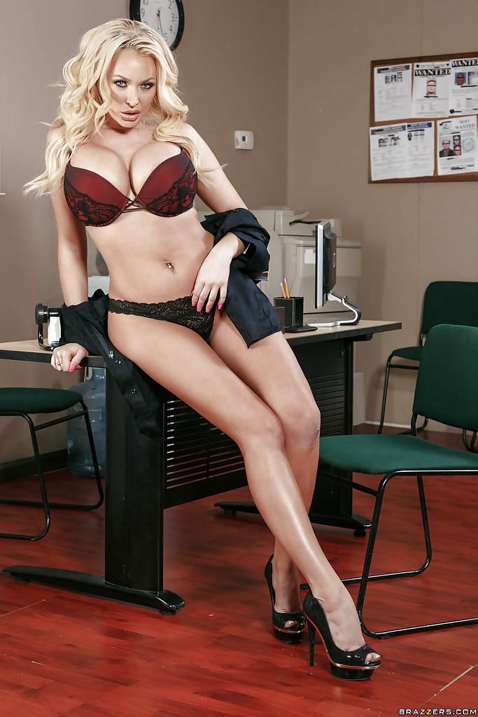 Сисястая полицейская снимает с себя униформу в своем кабинете