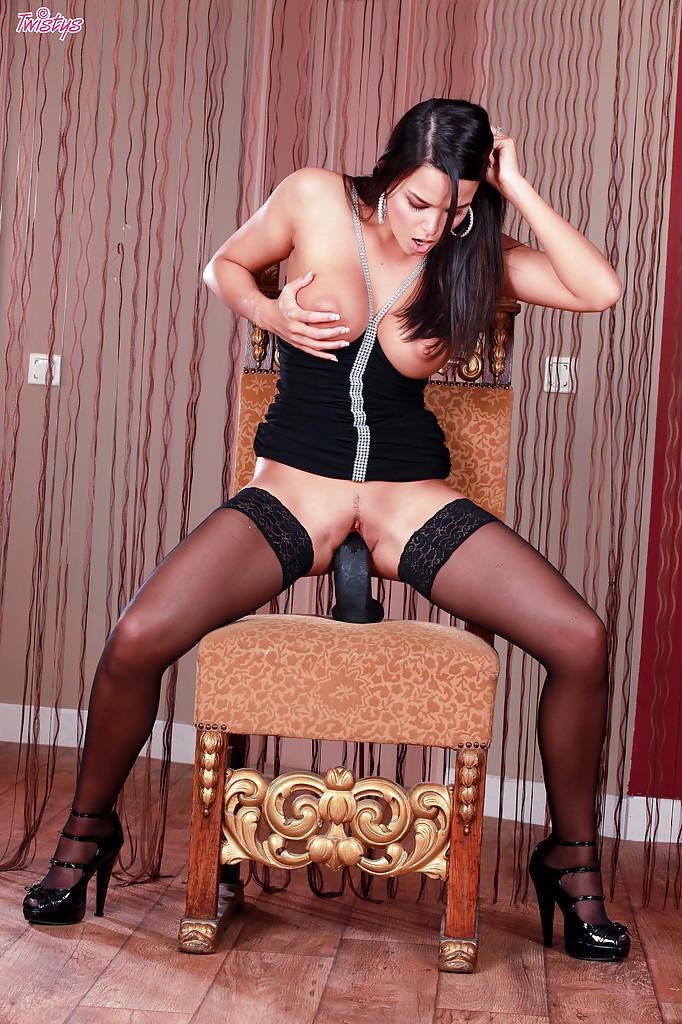 На роскошном стуле грудастая брюнетка насаживается писей на толстый самотык